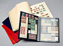 France et pays divers - Un album et quatre classeurs contenant des timbres-poste neufs et oblitérés tous pays.