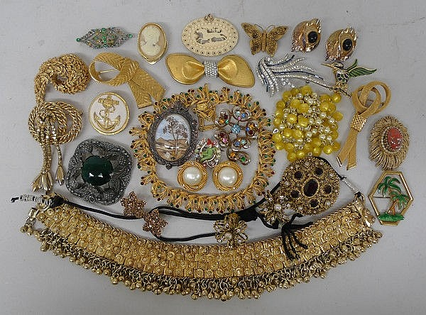 A quantity of 1950s to 1980s brooches and