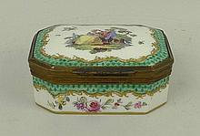 A Samson porcelain box, late 19th century, with
