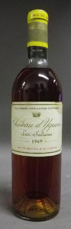 1 Bouteille YQUEM Etiquette tachée, niveau haute épaule.  Label stained, level top shoulder.  1969
