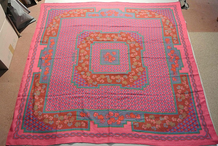 HERMES Paris Pink and purple silk and cashmere shawl with floral motives (very good condition) Chale en soie et cachemire rose et violet à motifs floraux (très bon état)