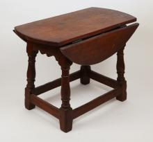 WILLIAM & MARY STYLE OAK DROP LEAF SIDE TABLE