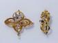 Lot en or, composé de 2 broches rehaussées de roses diamantées, d'un rubis, d'une pierre bleue et d'une petite perle. Vers 1900. (système et épingle en métal pour le dragon). Poids brut total: 7.80 g.