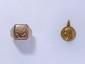 Lot en or, composé d'une bague chevalière chiffrée et d'une médaille religieuse. (en l'état). Poids: 11 g.