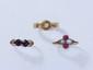 Lot en or, composé de 3 bagues ornées de pierres fines et de demi perles.. Poids brut: 5.30 g.