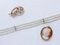 Lot en or 18 et 14k, composé d'un bracelet de 3 rangs de perles de culture, d'une broche fleur rehaussée d'opales et d'une broche pendentif ornée d'un camée coquille.. Poids brut total: 19.10 g.