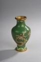 Chine moderne. Petit vase en cloisonné à décor de dragon sur fond vert. H. 11 cm