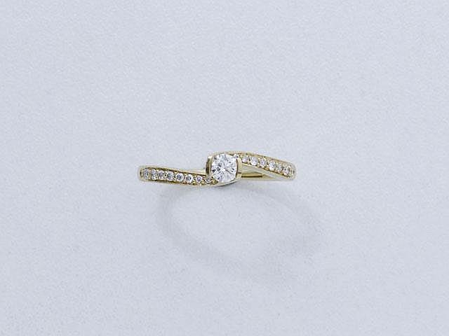 Bague solitaire en or, ornée d'un diamant brillanté, épaulé de lignes diamantées.. Poids du diamant: 0.15 ct env.. Poids brut: 2.80 g. TDD: 51.5.