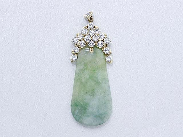 Pendentif composé d'une plaque en jade gravé, surmonté de diamants brillantés en serti griffe.. Poids brut: 11 g. Long: 6 cm.