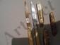 Lot de 2 couteaux à manches en nacre, dont un gravé de bandeaux.. Travail français du XVIII° s.. On y joint 3 canifs dont un en argent et un en nacre.