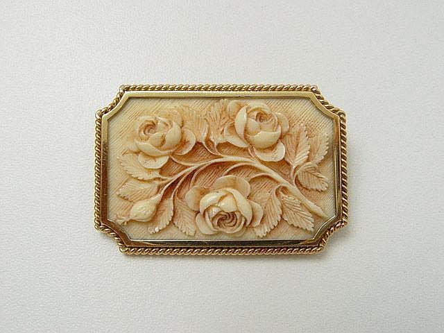 Broche en or torsadé, retenant un panneau en ivoire de Dieppe à décor de bouquet de roses. Vers 1940/50. . Poids brut: 16.4 g. Dim: 5.2 x 3.5 cm. . Cette broche non signée fut réalisé par Pierre Sterlé. Provenance collection privée Famille Sterlé