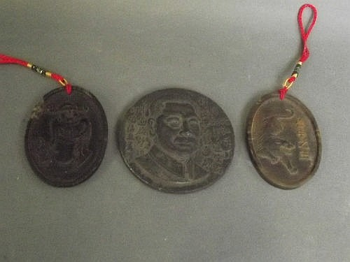 A Chinese metal medallion and 2 Chinese horn oval