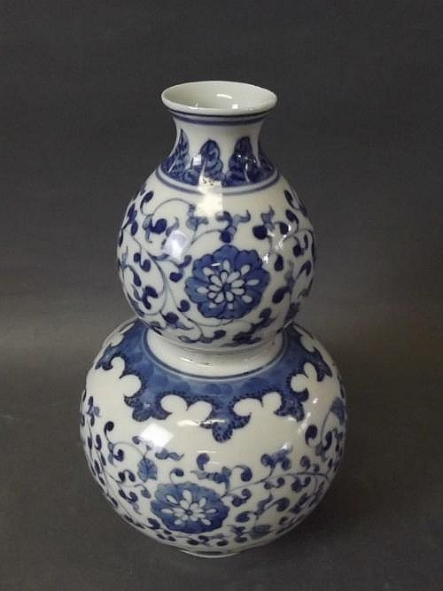 A blue and white Chinese gourd vase with lotus
