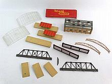 An assortment of Hornby Dublo model train station