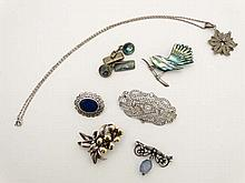 Assorted jewellery comprising a silver brooch