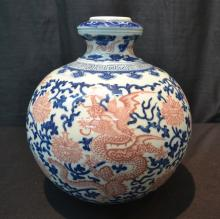 BULBOUS BLUE & WHITE CHINESE VASE WITH