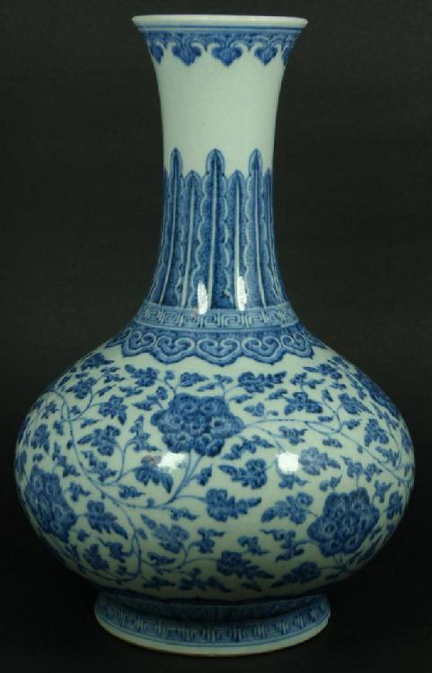 18th CENTURY CHINESE BLUE & WHITE VASE