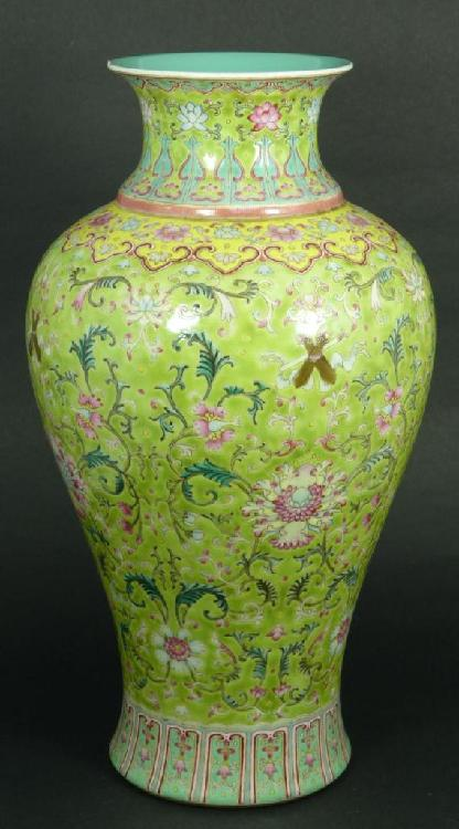 18th C CHINESE FAMILLE ROSE PORCELAIN VASE