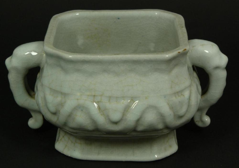 18th CENTURY CHINESE PORCELAIN CENSER