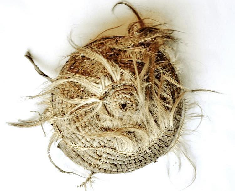 Cameroun/Tchad. Chapeau. Paille tressée, poils, tissus 19,5 cm diam.