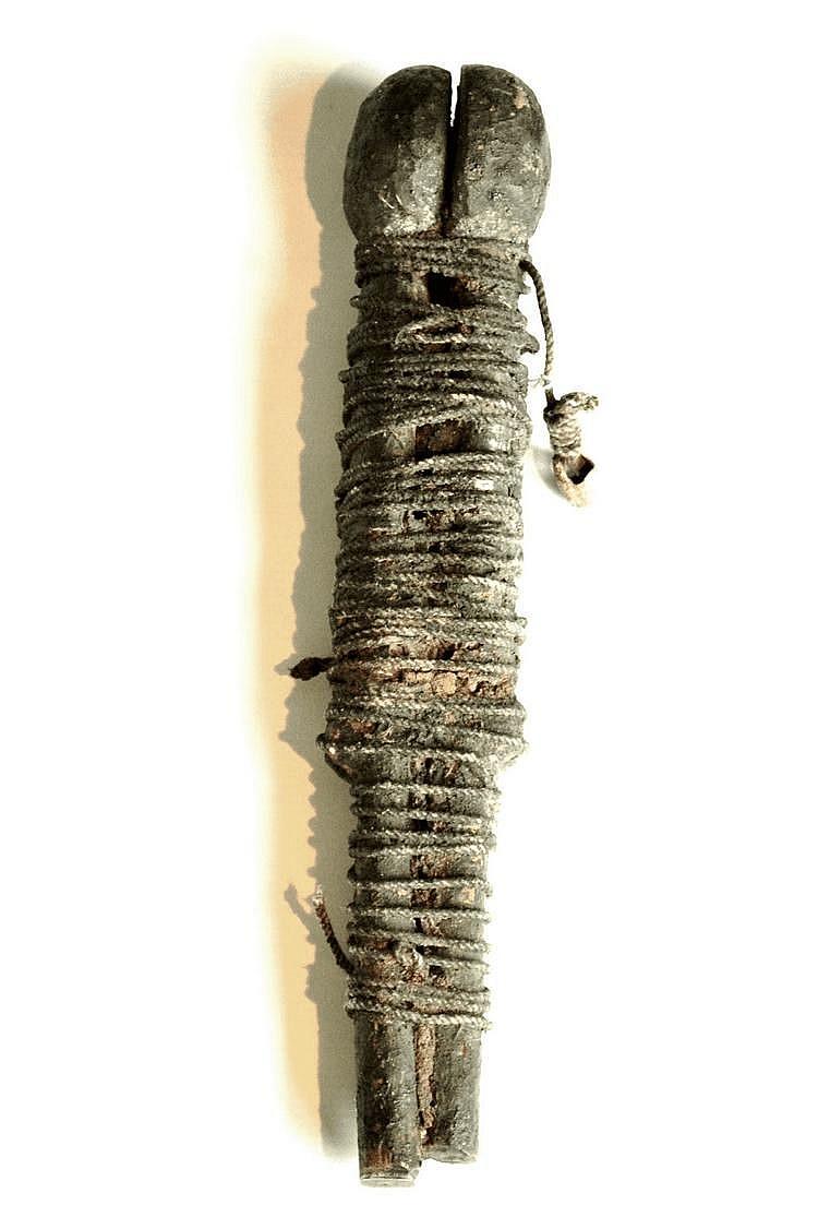 Bénin,  FON. FON. Bénin. Poupées gémellaires, d'une stylisation très simple, liées entre elles par un cordage serré. Bois, cordes, cauris. 30 cm