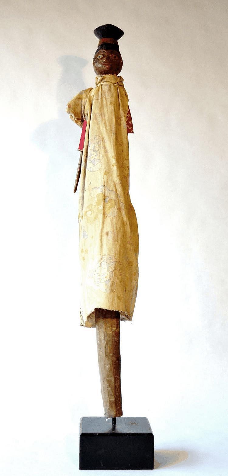 Nigeria,  IBO. Marionnette polychrome féminine de style colonial représentant un magistrat de l'époque coloniale. La marionnette est habillée de tissus. Bois polychrome, tissus  67 cm