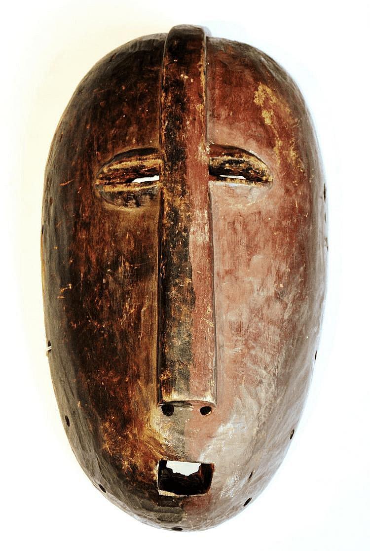 RDC, LEGA. Bien que parfaitement authentique, même s'il n'est pas très ancien (circa '50), ce masque bicolore est tout à fait étonnant non seulement par sa taille mais également par l'organisation du nez et des yeux largement ouverts qui y sont