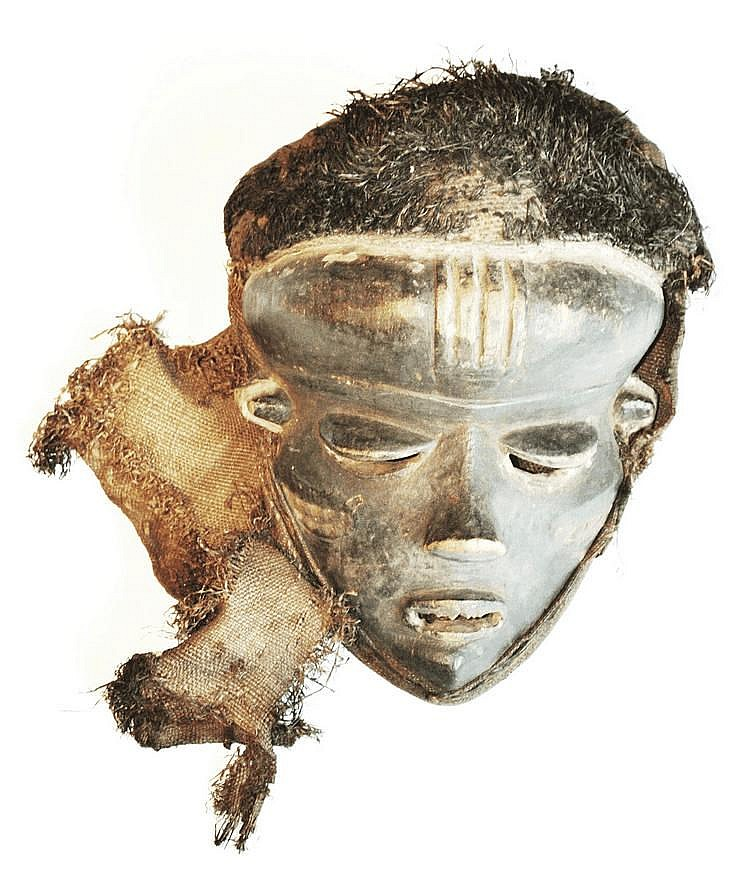 RDC, PENDE . Masque de danse très classique joliment traité présentant une patine foncée. Notez les yeux baissés et entrouverts , les oreilles joliment sculptées et des scarifications sur chacune des joues. Le masque possède encore sa coiffe
