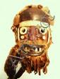 Liberia  RCI, GUERE. Impressionnant et très ancien masque de danse polychrome présentant, comme la plupart des masques Guere, un fascié extrêmement complexe fait de bois peint, de peaux, de fourrure, de cornes, de (3) petits sacs de tissu. 28 cm