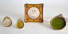 Lot de quatre CADRES porte-photo en bronze doré, de forme carrée ovale et ronde,