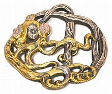 BOUCLE DE CEINTURE en métal argenté et métal doré à décor émaillé mauve d'une fe