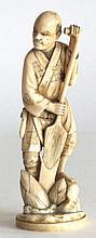 OKIMONO en ivoire sculpté, paysan bêchant. Japon fin XIXe. H. 15 cm