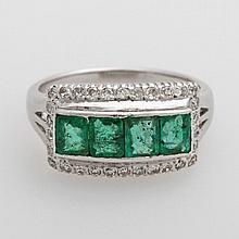 Damenring besetzt mit 3 Smaragd Karreés + Diamantbesatz.