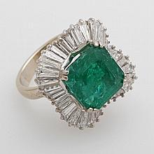 Damenring Weißgold mit 1 Smaragd, (ca.6,6 ct,achteckig) umgeben von 36 Diamanttrapezen zus. ca. 5,04ct ca. TW/vvsi;