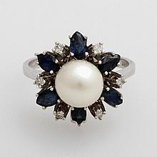 Damenring mit einer Akoja Zuchtperle, sowie Saphire und Diamanten.
