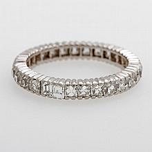 Memoire Ring mit Diam. im Altschliff-Karree, ein Stein beschädigt, ein Stein nicht orig., wurde durch modernen Karreeschliff ersetzt, zus. ca. 0,95ct.