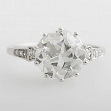 Solitär Ring, ca. 3,506 ct., Altschliff-Diamant, W/SI2, sowie acht kleine Diamanten.