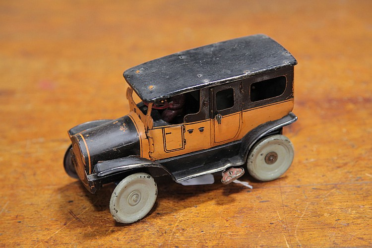 OROBRE TIN WIND UP CAR.