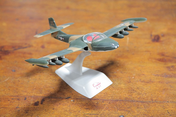 TOPPING MODEL AIRPLANE.