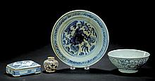 FOUR PIECES OF BLUE AND WHITE POTTERY.