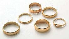 GROUP OF GOLD BAND RINGS.