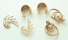 GROUP OF GOLD EARRINGS.