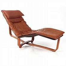 A Contemporary Leather Upholstered Chaise Lounge, 20th Century.