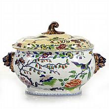 A Chinese Export Porcelain Lidded Tureen, 19th Century.