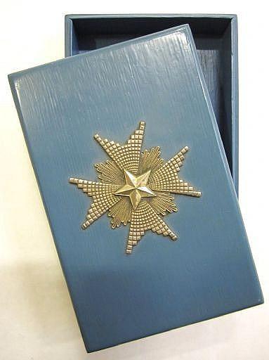 Ordensetui, bemålat trä med silver (?) kraschan av