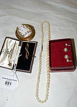 Five items of jewellery including shell cameo in