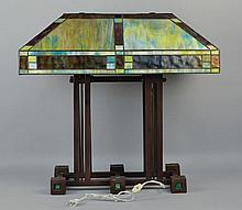 LATE 20TH CENT. ARTS AND CRAFTS PRAIRIE SCHOOL STYLE LEADED ART GLASS AND PATINATED METAL TABLE LAMP