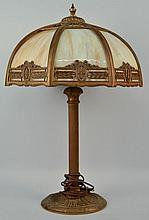 EARLY 20TH CENT. OCTAGONAL BENT CARAMEL SLAG ART GLASS PANEL AND GILT CAST METAL TABLE LAMP