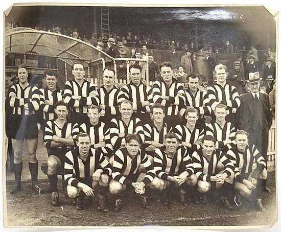 PHOTOGRAPH OF THE 1940S COLLINGWOOD FOOTBALL TEAM 16cm x 21.5cm