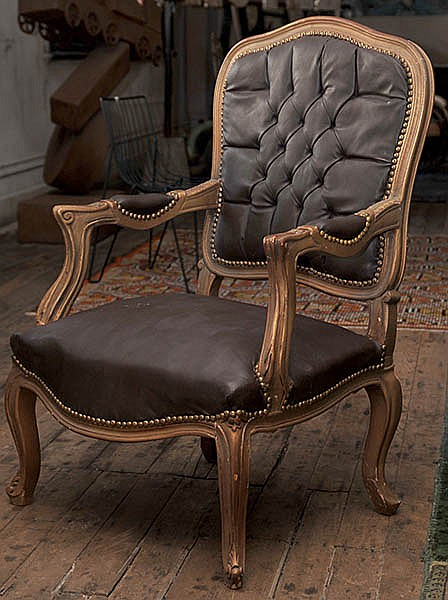 A SINGLE GILTWOOD UPHOLSTERED OCCASIONAL CHAIR